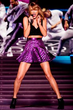 Taylor Swift Shows Off Her Moves Backstage in Detroit bab4b7822ac