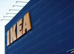 """👉 Ingvar Kamprad avea numai 17 ani când a fondat IKEA. Cinci ani mai târziu, a început să vândă mobilă. Se spune că, într-o zi, nu i-a încăput în portbagaj o masă, iar un prieten i-a sugerat să-i scoată picioarele. Lui Kamprad i-a venit imediat ideea mobilei dezasamblate. 📖 """"Simplifică"""" de Richard Koch și Greg Lockwood 👉 Totul despre cum au succes cele mai profitabile afaceri din lume. Studii de caz: Ford, McDonald's, IKEA, Honda, Amazon, Google, Apple, General Motors etc."""
