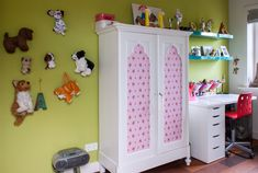 Pieter and Chantal wanted their kids' rooms to reflect their own personalities. Annabel's favorite colors and animals are indeed obvious! Her desk and chair are from IKEA.