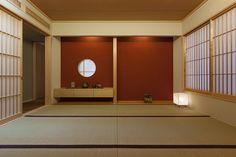 紅い塗り壁と丸窓が洗練された雰囲気を醸し出す和室