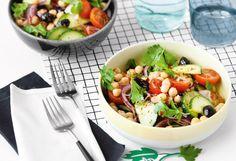 Kichererbsen-Gurken-Salat mit Tomaten und Oliven Foto: © Wolfgang Schardt