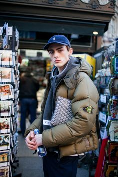 Street style at Paris Fashion Week Men's fall Street Style Jeans, Street Style 2017, Autumn Street Style, Fashion News, Mens Fashion, Paris Fashion, Mens Down Jacket, Mens Fall, Mens Trends
