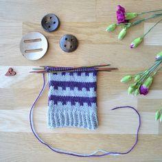Olkoon tammikuu kirjoneulekuu, ja ensimmäinen kirjoneulesukanvarsi on helppo ja harvahampainen. Malli onnistuu kaikilla neljällä jaollisilla silmukkamäärillä. Crochet Socks, Malta, Slippers, Knitting, Blog, Crocheting, Crochet, Malt Beer, Tricot