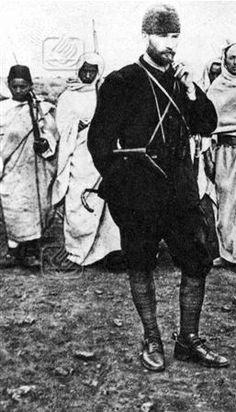 Kurmay Binbaşı Mustafa Kemal, Mücahit Bedevi Kuvvetleri önünde emirlerini yazdırırken, Derne. (1912)