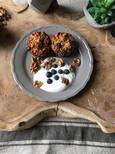 Taartjes van havermout met Griekse Yoghurt en blauwe bessen. Kijk voor dit recept en andere gezonde en lekkere recepten op mijn foodblog, Organic Happiness.