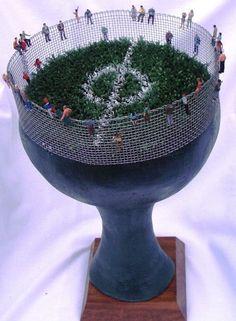 Cabeça em terracota policromada com a inclusão de outros elementos '' futebol na cabeça ''