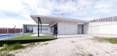 Image 8 of 18 from gallery of Casa En Los Conejos II / La Mirateca. Photograph by Patricia Forcen Scheu Door Organizer, Roof Covering, Outdoor Spaces, Outdoor Decor, Pedestrian, Interior Exterior, Atrium, Windows And Doors, Entrance