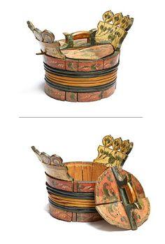 GRØTAMBER Hardanger. Rosemalt dekor på rød og lys bunn. Merket Øistse. Lagget type med vidjebånd. Lokk og låsepinne. H:28 med håndtak L:40 med håndtak DIAM på lokk: 27 Bond, Picnic, Basket, Antiques, Antiquities, Antique, Picnics, Old Stuff