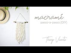 Confira alguns tutoriais que ensinam o método artesanal macramê e se inspire com diversas ideias criativas - desde pulseiras até objetos decorativos. Macrame Tutorial, Macrame Knots, Diy And Crafts, Place Card Holders, Diys, Pattern, How To Make, Group, Rope Crafts