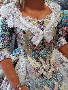 16th Century Clothing, Tudor Costumes, Costumes Around The World, Georgian Era, African Wear, Modern Fabric, Photography Women, American Women, Costume Design