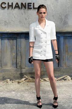 KRISTEN STEWART    La actriz también estuvo presente en el desfile Haute Couture de Chanel. Se ganó la admiración de los críticos de la moda con unos shorts negros y chaqueta blanca de doble botonera. Remató con zapatos negros de Jean-Michel Cazabat, guantes de piel y pulseras de eslabones, y destacó su mirada con smokey eyes.