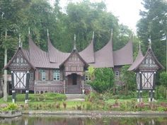 """Minangkabau people of Sumatra """"rumah bagonjong"""" (""""house with horn-like roof""""), Indonesia Beautiful Homes, Beautiful Places, Minangkabau, Unusual Homes, Padang, Expensive Houses, Big Houses, Traditional House, Traditional Outfits"""
