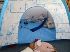 Noordpool hoek met iglo, North pole role play area, kleuteridee.nl Dramatic Play Themes, Role Play Areas, Preschool Lessons, North Pole, Arctic, Kids Rugs, Winter, Crafts, Culture