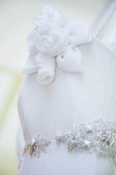 Silver and  Flower details abito in seta pura #argento #weddingdress #abitodasposa #matrimonio #nozze #abitidasposatrento #trento #abitidasposabolzano #atelier #ateliertrento #sartoria #abitosposaconfiori