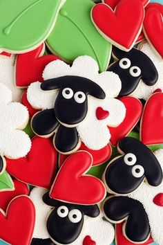Simple sheep cookies are sugar cookies decorated with royal icing and white nonpareils. Can you guess what cookie cutter was used to make the head? Farm Cookies, Iced Cookies, Cute Cookies, Cupcake Cookies, Cookies Et Biscuits, Sugar Cookies, Iced Biscuits, Animal Cupcakes, Sweet Cookies