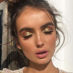Gold shimmery glitter eyeshadow makeup look. This is a beautiful look for summer… Gold shimmery glitter eyeshadow makeup look. This is a beautiful look for summer time and specially night time! Glitter Makeup, Prom Makeup, Wedding Makeup, Bride Makeup, Glitter Lipstick, Glitter Hair, Glitter Fabric, Glitter Eyebrows, Glitter Curtains