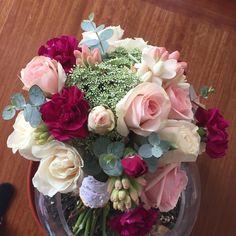 ✂️💐Rosas, mini rosas, claveles (sí, claveles. No los mire a huevo nunca más!), margaritas, green mist y mini eucaliptos para el ramo de @macawebar cotiza el tuyo en cotigatica@gmail.com #weddingbouquet #ramosdenovia #roses #bouquetboutique