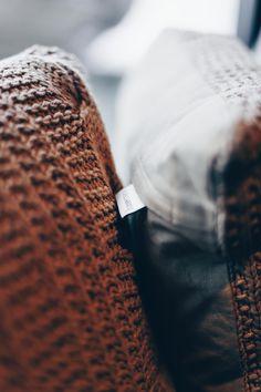 Einrichtungsideen, Frühlings-Deko, Esstisch, Fensterbank, Sofa, Samt, Wohnbereich dekorieren, Interior Blog, Interior Magazin, whoismocca.com     #homeinterior #whoismocca #interiordesign #einrichtungsideen #frühlingsdeko #ostern #spring #textilien #stoffe #kissen #decken #farben #materialien #tirol #flagshipstore #einrichtungexperten #inspiration Interiordesign, Home Interior, Blog, Inspiration, Living Area, Ceilings, Dinner Table, Textiles, Fabrics