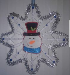 Wall Christmas Tree, Christmas Crafts To Make, Christmas Snowflakes, Diy Christmas Ornaments, Christmas Projects, Fall Crafts, Holiday Crafts, Xmas, Hanger Crafts