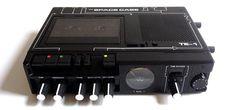 米国ニューヨークのレコーディングエンジニアJim 氏が、古いテープレコーダーを改造して製作したテープエコーユニットSPACE CASE Tape Echo を発売しました。  中古のマランツ製レコーダーを完全にレストアした後、ドライ/ウェットレベル調節ツマミやオペアンプドライブ機能、インサート端子などを追加し、幅広い楽器に対応するエコーマシンに仕上げています。