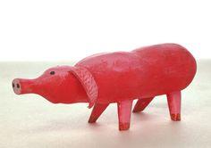 Uit hout gesneden varken door Aleksandr Vakhrameev. Object voor de voorstelling Mamma Belle.