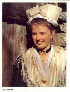 anni 80 - costume tradizionale di Viù, con la cuffia tipica del posto per i giorni di festa (3 °gruppo Folkloristico di Viù-To)