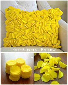 Zalig zacht doe het zelf kussen, zou ook kunnen lukken met restjes stof - DIY Felt Circles Pillow tutorial at www.whatsurhomestory.com