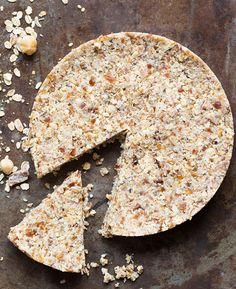 Zin in een snel, maar super gezond én lekker ontbijt? Maak dan deze dadel-notentaart. | Flairathome.nl #FlairNL