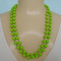 Colar verde feito com contas acrílicas. R$ 6,00