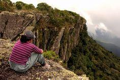 A Serra do Tepequém é um dos pontos turísticos mais procurados de Roraima. Distante 210 km de Boa Vista, a atração chama atenção por suas cachoeiras e pelo clima agradável das serras. Caminhadas, trilhas de bicicletas, motos e jipes também animam o local, que oferece diversas opções de pousadas e restaurantes. Uma conversa com os moradores locais, a maioria são ex-garimpeiros, é uma boa forma de saber um pouco mais sobre a história da região. #EUAMOBOAVISTA   Prefeitura de Boa Vista Nature, Travel, Reciprocating Saw, Four Wheel Drive, Tourist Spots, Walks, Boa Vista, Falling Waters, Conversation
