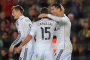Cristiano Ronaldo del Real Madrid CF (R) celebra con Daniel Carvajal (15) como se anota su primera y la igualación de gol durante el partido de Liga entre el FC Barcelona y el Real Madrid CF en el Camp Nou el 22 de marzo de 2015, de Barcelona, España.