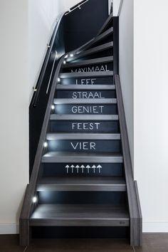 Zo maak je je huis persoonlijk   vtwonen Open Trap, Stair Stickers, Blackboards, Home Improvement, Stairs, Home Decor, Chalkboard, Design Ideas, Tech