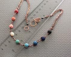 Este impresionante collar coincidirá con cualquier color de su guardarropa, hecho con perlas de Swarovski en colores de piedras preciosas y montado en