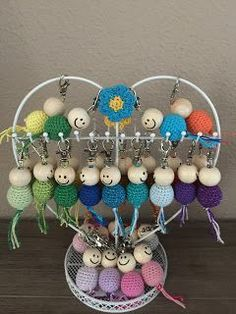 🌟Tante S!fr@ loves this📌🌟 Crochet Keychain, Diy Keychain, Keychains, Crochet Amigurumi Free Patterns, Crochet Dolls, Yarn Crafts, Bead Crafts, Christmas Crafts For Adults, Crochet Decoration