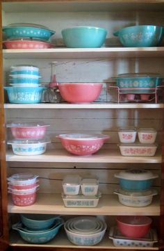 pyrex, pink, turquoise - this is what I want to do with my black and white retro kitchen