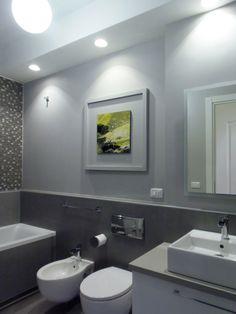 Grey bathroom. Painting by Giuse Peitas italian artist. Bagno sulle tonalità del grigio con pavimento in vinile