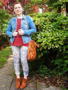 outfit stile tex-mex con giacchina in denim, jeans stampati, stivali e borsa in cuoio #curvy #curvygirl #curvyblogger #fashionblogger #country #printedpants