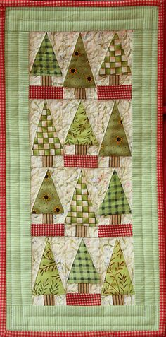 Little trees miniature patchwork quilt by jillyspoon - Christmas wall hanging Christmas Sewing, Christmas Minis, Christmas Crafts, Christmas Trees, Christmas Quilting, Christmas Patchwork, Christmas Wall Hangings, Christmas Runner, Quilting Projects
