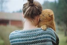 Фото Девушка с рыжим котом на руках