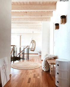 """We love Nature! Warme, unaufgeregte Farben sind für den """"Natural Living""""-Trend ein Must! Natürliche Farben harmonieren wunderbar mit Materialien wie Holz und Jute. Passend dazu: Von der Natur inspirierte Deko-Pieces  verbreiten zusätzliche Gemütlichkeit. 📷: @living.hoch3 // Natural Living  Skandinavisch Natur Trend #Einrichtung #Möbel #Natur #Sessel #Skandinavisch #Jute #Holz #Teppich #Bank Natural Living, Loft, Bed, Furniture, Design, Home Decor, Drawing Rooms, Natural Life, Decoration Home"""