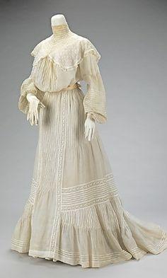 Modelo de vestido de noiva de 1903. Ao todo, o visual conta com 18 peças, entre saias, blusas, cinto, par de luvas, entre outros.