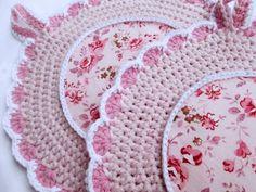 Topflappen - Runde Topflappen mit kleinen Rosa in rosa-weiß - ein Designerstück… Crochet Potholders, Crochet Doilies, Crochet Hats, Quilt Patterns, Crochet Patterns, Pinterest Crochet, Christmas Coasters, Rosa Rose, Crochet Kitchen