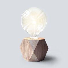 Oak No.1 – 125 is part of the JAN&JOHN Lamp Collection. The JAN&JOHN No.1 lamp collection consist of a square base with flat, pentagonal faces and straight edges. The lamp is a combination of organic material and a clear, bold design.