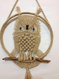 Resultado de imagem para large macrame owl wall hanging Macrame Owl, Micro Macrame, Macrame Jewelry, Macrame Bracelets, Owl Patterns, Macrame Patterns, Macrame Curtain, Macrame Projects, Macrame Tutorial