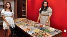 ... mesa de madeira de tampo refeito com azulejos antigos (Eduardo de