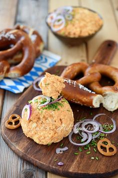 Obatzda - recipe - Essen - Appetizers for party Party Snacks, Appetizers For Party, Simple Appetizers, Dried Mangoes, Oktoberfest Party, Different Diets, Appetizer Dips, Seafood Appetizers, Toddler Meals