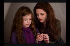 "Mackenzie Foy as Renesmee Cullen and Kristen Stewart as Bella Swan in ""The Twilight Saga: Breaking Dawn – Part Twilight Breaking Dawn, Breaking Dawn Part 2, Twilight New Moon, Twilight Movie, Twilight Renesmee, Twilight Saga Series, Twilight Edward, Mackenzie Foy, Bella Swan"