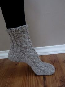 Puhde: Heinäseiväs -palmikkosukkien ohje Knitted Slippers, One Color, Colour, Yarn Colors, Knitting Socks, Handicraft, Knitwear, Knit Crochet, Sewing