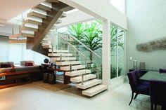 Que tal um jardim de inverno embaixo da escada? (Foto: Divulgação)