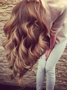 Haare wie von der Sonne geküsst, und das zu jeder Jahreszeit? Die Lösung heißtBalayage! Ein edel schimmerndes Farbbild aus vielen feinen, natürlich leuchtenden Strähnen, die dem Haar sonnendurchflutete Eleganz verleihen und zarte Reflexe in das braune Haar setzen. We like!